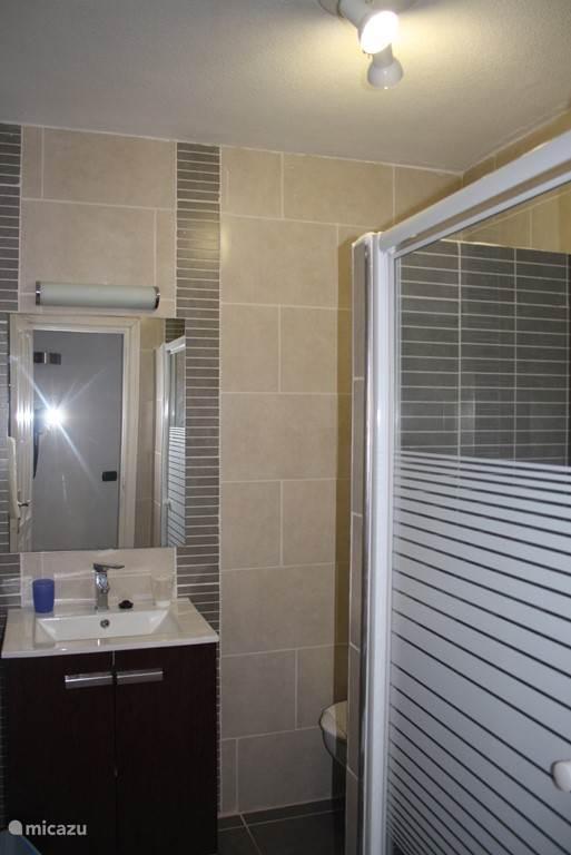 Badkamer compleet ingericht met douche