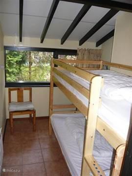 Kleine slaapkamer met stapelbed.