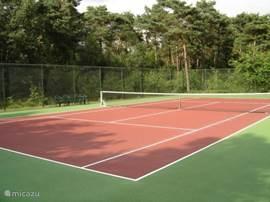 Tennisbaan met kunststof ondergrond