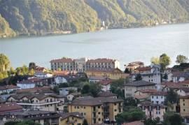 In de verte het appartementsgebouw gelegen aan het meer van Lugano.