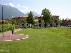 Het appartement ligt direct aan de speelweide met speeltuin en volleybalveld, op slechts 200 meter van het meer.