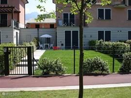 Het appartement heeft een ruime  privé tuin met terras.