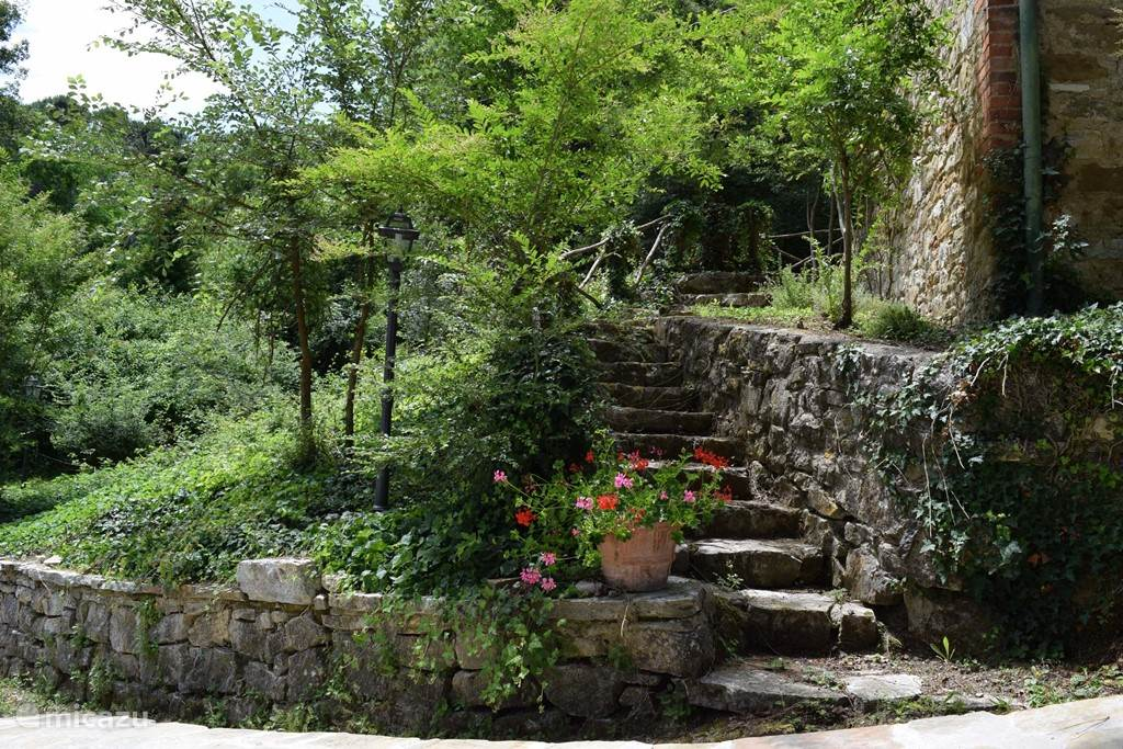 Een van de trappetjes rond het huis.
