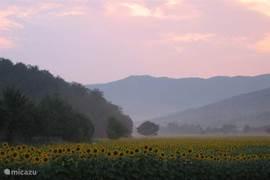 Zonsondergang in de vallei voor het huis