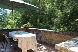 Om het huis ligt een zeer grote tuin , met meerdere terrassen, boomgaard, wijngaard, olijfbomen en bos.