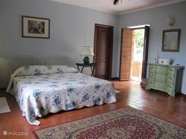 Alle kamers zijn ruim en stijlvol ingericht. Het huis ademt een klassieke Italiaanse sfeer. Ideaal om tot rust te komen. Slaapkamer 1 op begane grond met eigen badkamer.