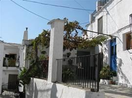 Rechts ziet u de voorkant van het huis.Begane grond met 2 deuren naast elkaar, 1e verdieping en daarboven het dakterras. Het lager linker deel is het huis van mijn allerliefste Spaanse buurvrouw.