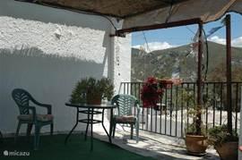 Tegenover de 3e slaapkamer is de deur naar het terras. Op deze foto het linkerdeel van het terras met zonwering van 2 1/2 bij 3 1/2 meter.