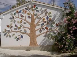 Op de muur van het vroegere schooltje van Bayacas hebben alle inwoners met een uniek eigen mozaïekblad een levensboom gecreëerd.