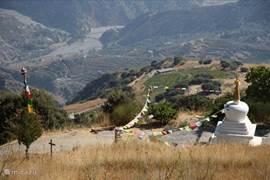 Het Boeddhistisch retraitecentrum Oseling ligt 1000 meter boven Bayacas en is per auto bereikbaar. Spannende rit met spectaculair uitzicht