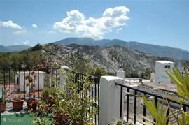 Rechterdeel van het terras (totaal 6 bij 6 meter), met planten en een weids uitzicht.