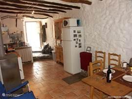 De ruime woonkeuken op de beneden verdieping is van alle gemakken voorzien. Bovendien in de zomer koel en op koude dagen weldadig warm door de houtkachel.