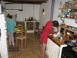 Naast keukengerei en serviesgoed zijn ook basis-kookproducten aanwezig (kruiden, zout e.d.)