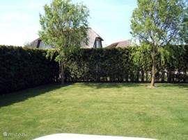 Ruime, omheinde tuin met twee terrassen en veel privacy.