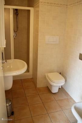 Onze badkamer met ruime douche.