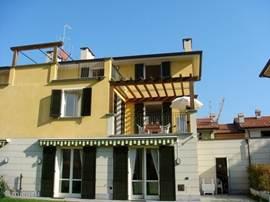 Villa Mimosa met op de 2e verdieping ons studio-appartement met balkon.