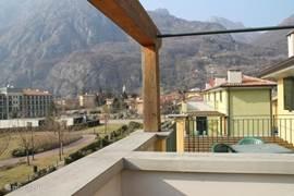 Uitzicht vanaf het balkon met op de achtergrond het Pallazo en het dorpje porlezza en de bergen. dit uitzicht is naar rechts kijkend.