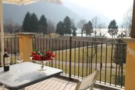 Dit is ons schitterende uitzicht via het park op het Meer van Lugano vanaf ons riante Balkon. dus rondom uitzicht op meer en bergen. Aan de andere zijde kijkt u op de Alpen.