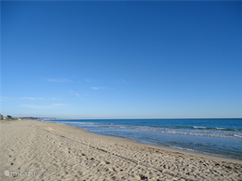 Hierbij een indruk van het op loopafstand kilometers lange prachtige zandstrand.