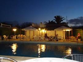 's-avonds is het aan het zwembad ook goed toeven!