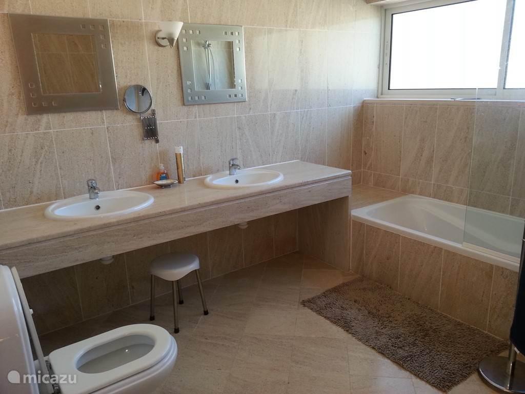Badkamer bij master bedroom