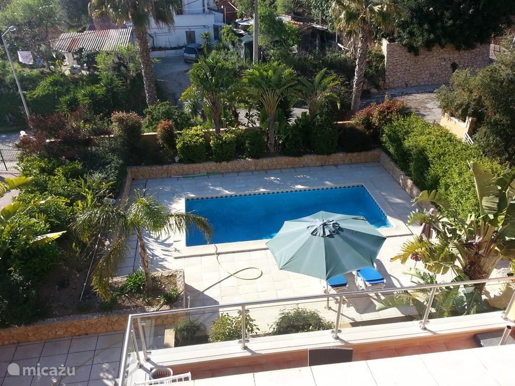 Prachtige tuin met privé zwembad en palmbomen