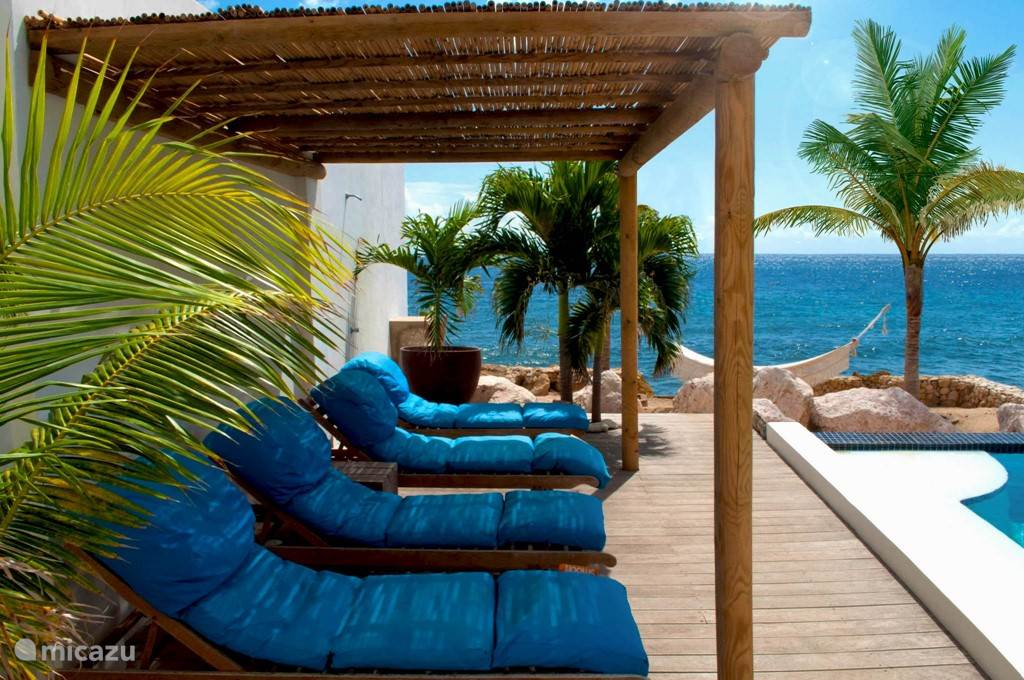 Private pool and beach (no access to the sea). Delicious smooff sunbeds and hammock.