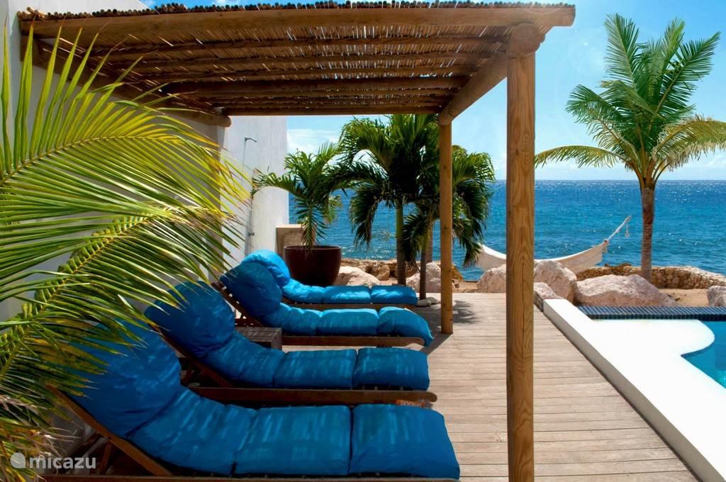 Prive zwembad en strandje (geen toegang tot de zee). Heerlijke smooff ligbedden en hangmat.