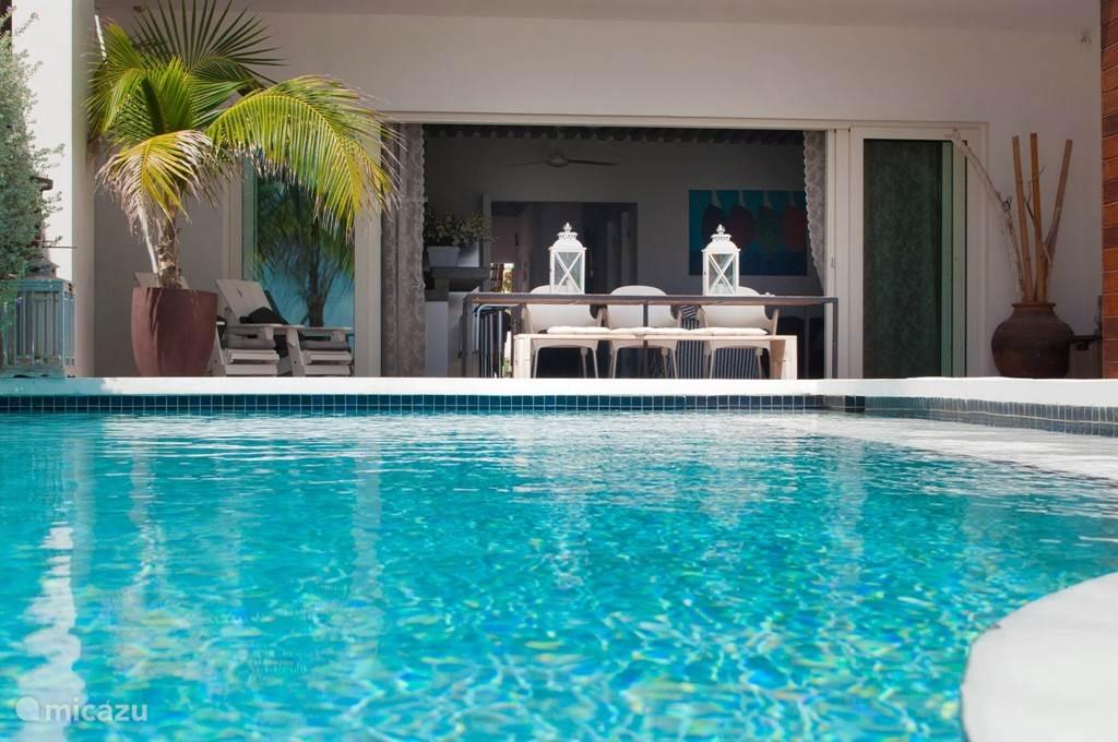 Prive zwembad, alleen toegankelijk voor het 5* Apartment, op basis van zout water met minimale hoeveelheid chloor. Prettig voor de huid en ogen.