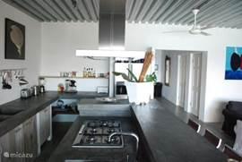 Luxe professionele keuken van alle gemakken voorzien, met boretti gasfornuis, combi oven/magenetron, Amerikaanse koelkast en vaatwasser.