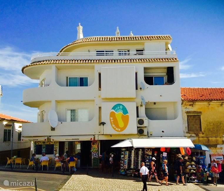 gezellig kleinschalig appartementen complex, beneden een beach shop en een pastellaria.