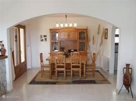 De eetkamer beschikt over een grote houten tafel die aan twee zijden kan worden verlengd. Daardoor is er zelfs plaats voor 10 personen. De kleinste kan aanschuiven in een mooie houten kinderstoel.
