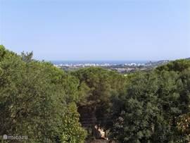 Het uitzicht vanuit de woonkamer en de achtertuin, op de Middellandse Zee en het plaatsje St. Antoni de Calonge is fantastisch.  Ook 's-avonds en 's-nachts levert het een mooi schouwspel op.  De kust met diverse stranden is binnen tien minuten per auto bereikbaar.
