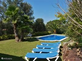 In de grote achtertuin heeft men de beschikking over ligbedden die in drie standen verstelbaar zijn. Samen met het privé zwembad garanderen ze een perfect vakantiegevoel. De dagen lijken ineens veel korter te zijn.
