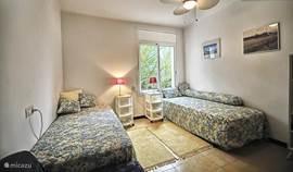 De kinderslaapkamer met bedden van 90 x 200cm.