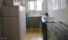 De keuken, nog in originele jaren 60 stijl, maar wel met nieuw fornuis en koel/vries combi.