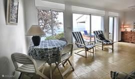 De woonkamer, met eethoek en zithoek. Veel licht en heerlijk uitzicht.