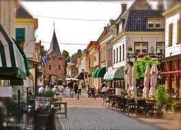 Winkelstraat met terrasjes in Elburg