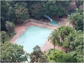 Lucht foto, van het grote verwarmde zwembad