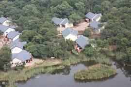 Luchtfoto van onze bungalow, rechts bovenin.