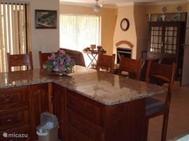 Kijkje vanuit de open keuken naar de woonkamer