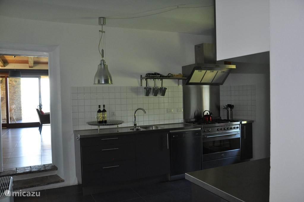 De keuken op de 1e verdieping is van alle gemakken voorzien. Hier kunt u met elkaar de heerlijkste maaltijden klaarmaken.
