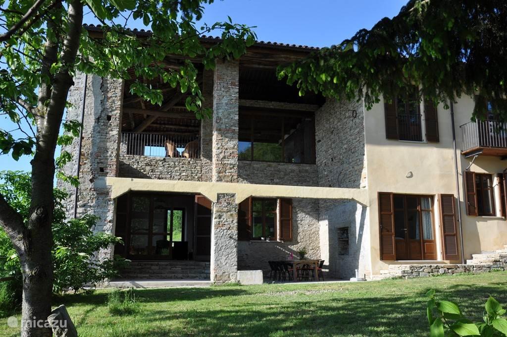 Het linkerdeel van het huis met de twee woonkamers boven elkaar. Piantorre (beneden) heeft een groot overdekt buitenterras. Monte (boven) heeft een heerlijk groot balkon met een prachtig uitzicht.