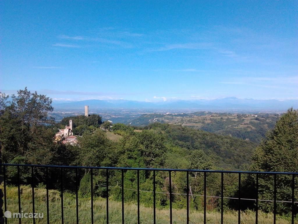 Uitzicht vanaf het terras op Castellino Tanaro met haar uitkijktoren en de Frans - Italiaanse Alpen.