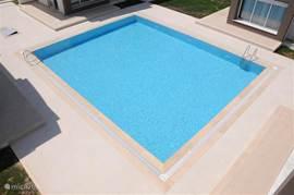 Het 100 m2 zwembad ligt direct voor het huis. Heerlijk voor een rustige en ontspannen vakantie.  Zie voor meer foto's de uitgebreide website www.villas-turkey.info