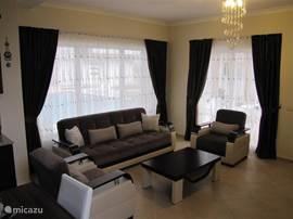 De woonkamer heeft een prachtige luxe uitstraling. De meubels zijn van hoge kwaliteit