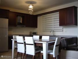 De villa is voorzien van een zespersoons eettafel