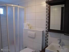 Iedere slaapkamer heeft zijn eigen badkamer met douche, wastafel en toilet