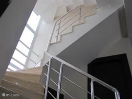 Het ruime trappenhuis zorgt voor een prachtige lichtinval.