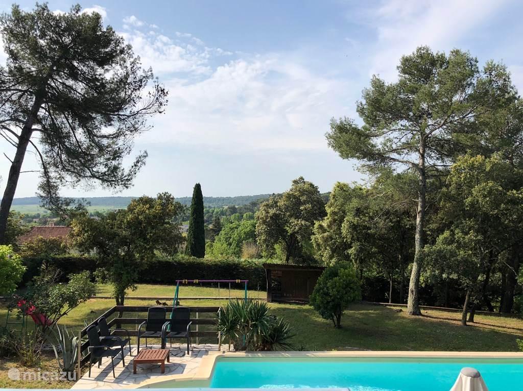 Das Schwimmbad mit der Aussicht von der Terrasse. In der Vor- und Nachsaison kann der Pool mit der großen Wärmepumpe auf 27 Grad erwärmt werden.